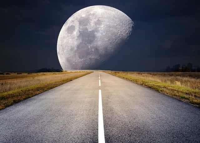 道の先の月