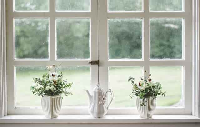白い窓と植木鉢