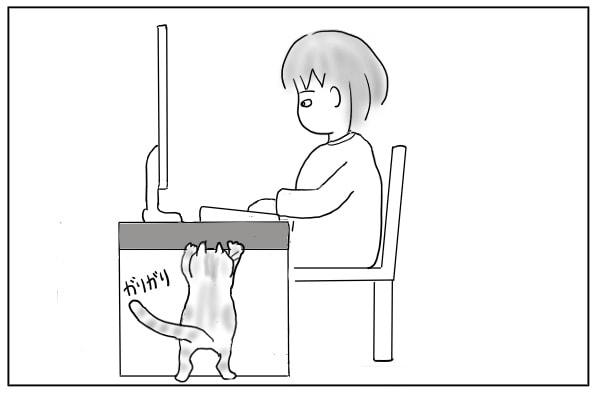 机をガリガリ