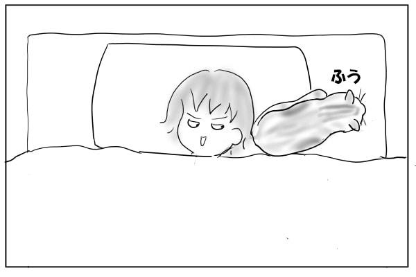 お尻を向けて寝る猫