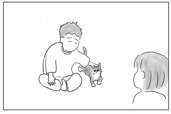 猫を撫でる夫