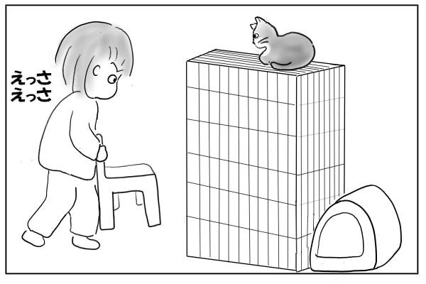 椅子を運ぶ女
