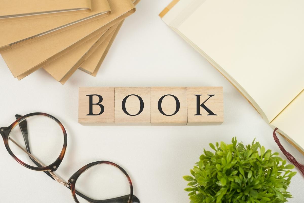BOOKの文字と小物