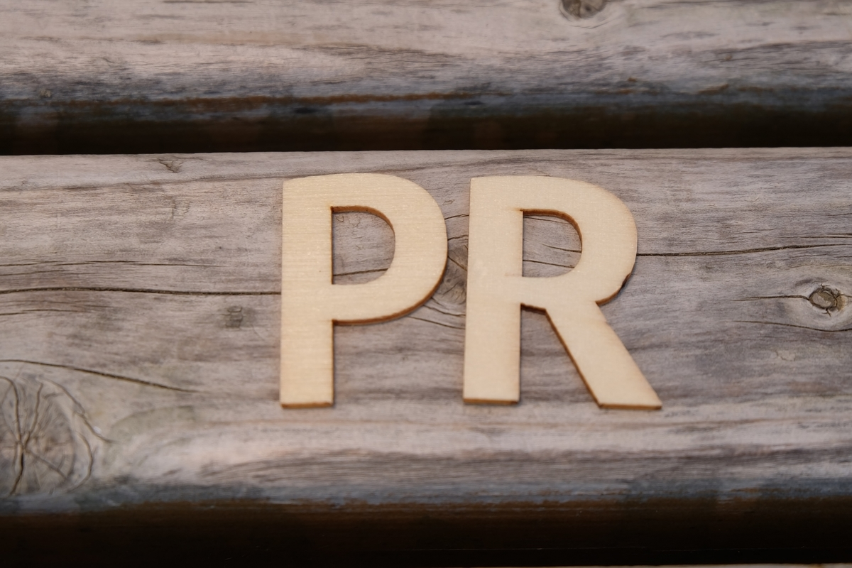 PRの木製の文字