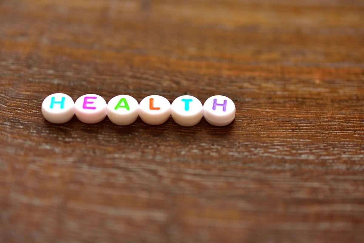 HEALTHのカラフルな文字