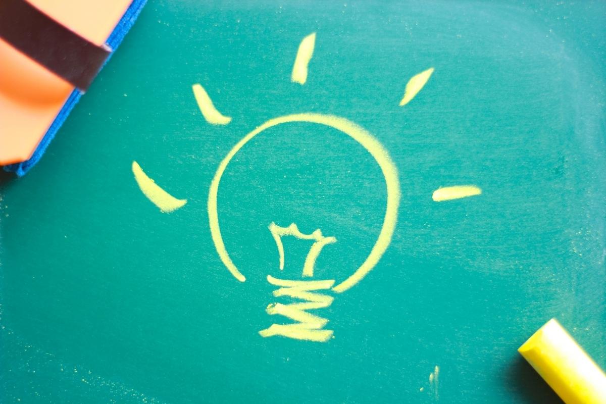 黒板に黄色い電球の絵