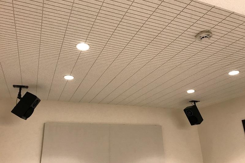 天井のスピーカーと照明