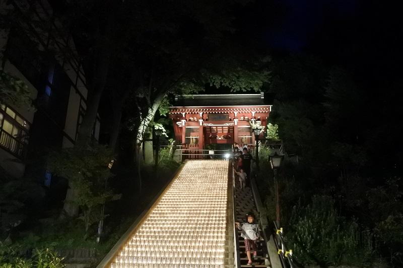 白根神社の階段をろうそくでライトアップ