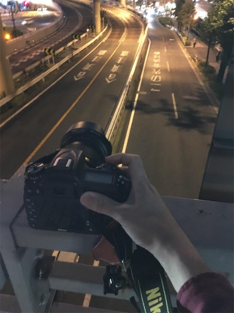 手すりにカメラを置いて夜景を撮影する