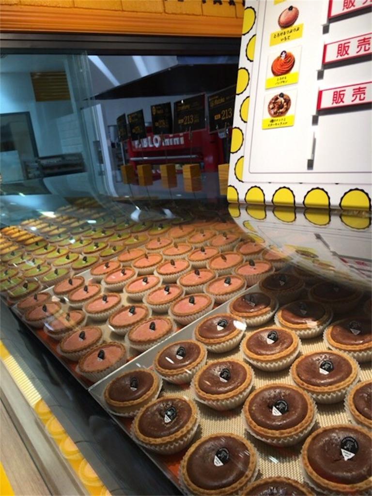 北千住「PABLO mini」の陳列棚にぎっしり並ぶチーズタルトの写真