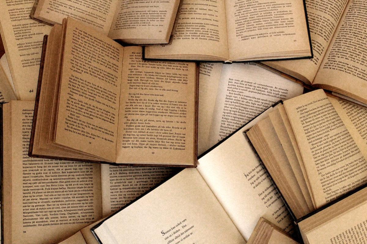 開かれたたくさんの本の画像
