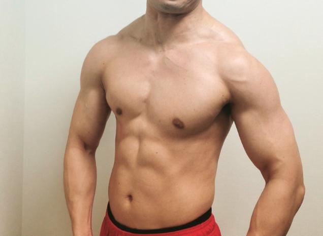 僧帽筋を鍛えすぎた結果を表す体型