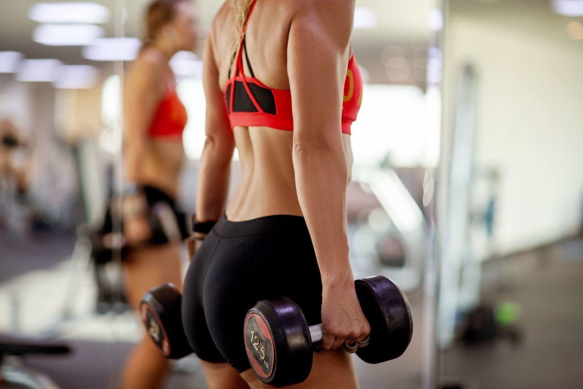ダンベルでトレーニングしている女性