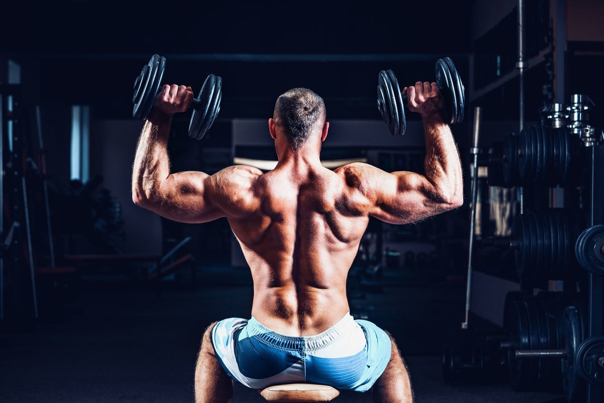 肩のトレーニングをしている男性