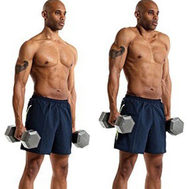 背中の筋トレであるダンベルシュラッグをしている男性