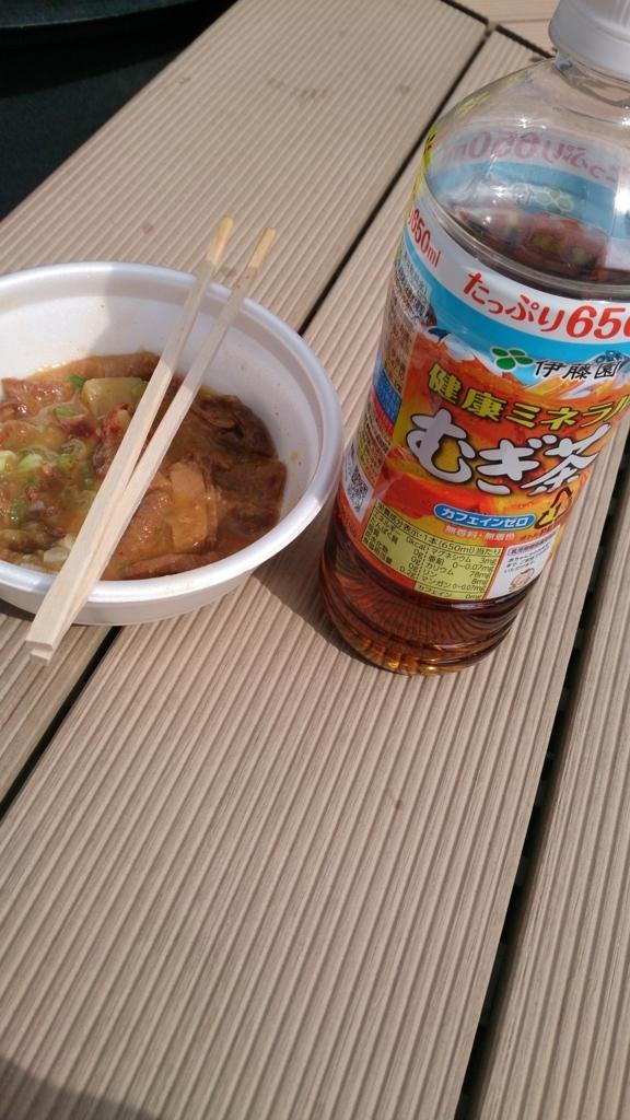 札幌競馬場の牛めしと麦茶