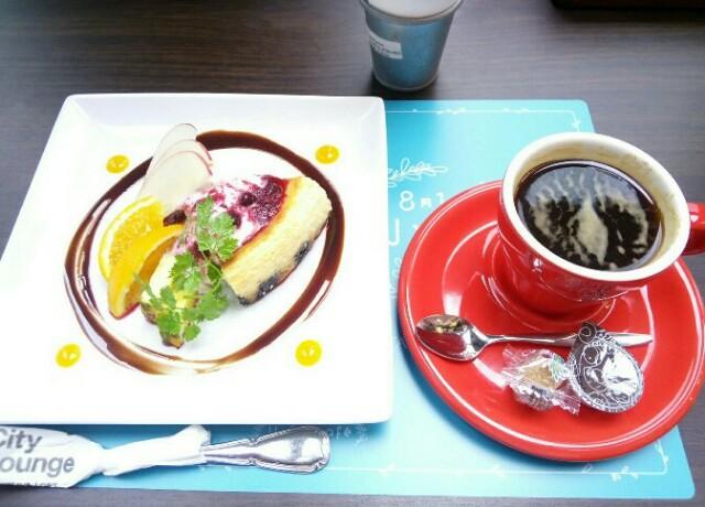 アメリカンチーズケーキとホットコーヒー画
