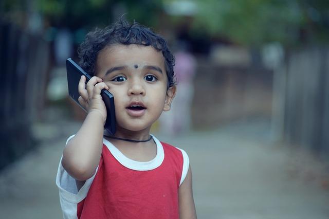 スマートフォンを使う子ども