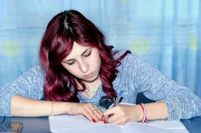 試験勉強をしている女性