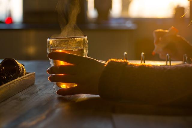 紅茶を飲みながら仕事をしている人