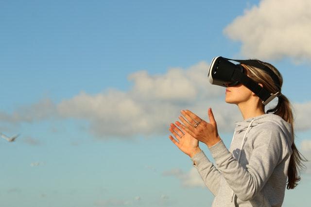 VRを使って遠隔操作するイメージ画像