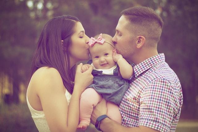 核家族化・都市化による育児の協力者の不在は、ワンオペ育児をより困難にしている。