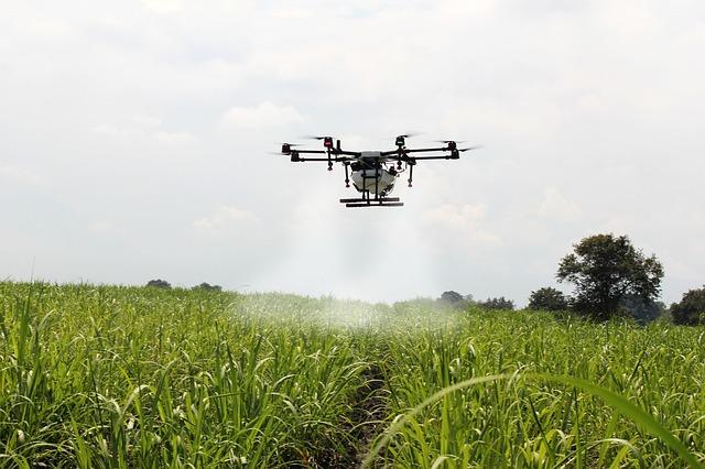 最新の農業はドローンなどの情報技術を扱う。