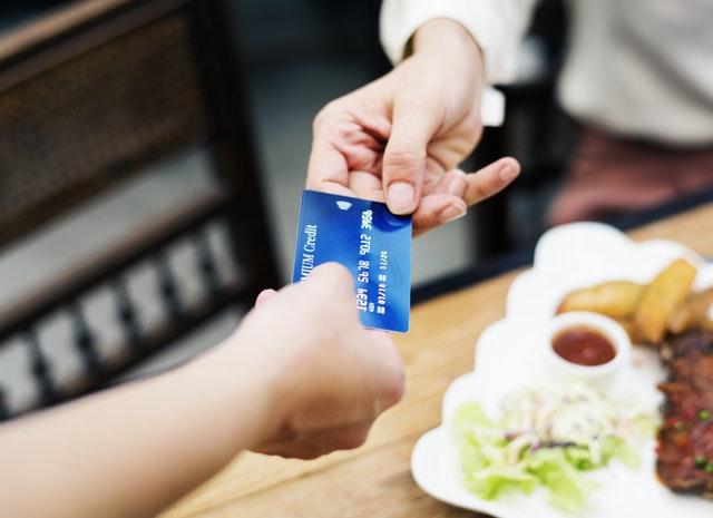 レジで現金とポイントカード2枚を出さなければならない状況は非効率だ。