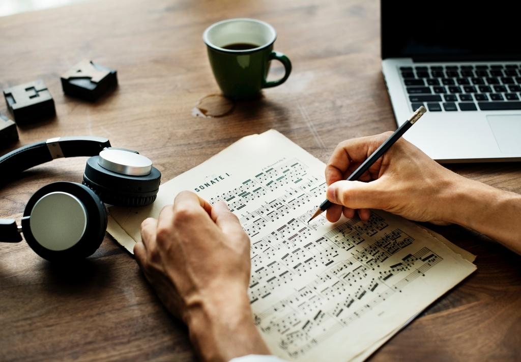 歌詞を変えて曲を売るには、著作者人格権の権利者の許可が必要。