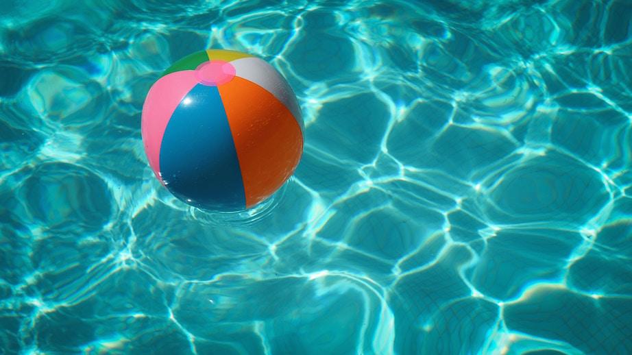 温水プールは雨でも使えるので便利!