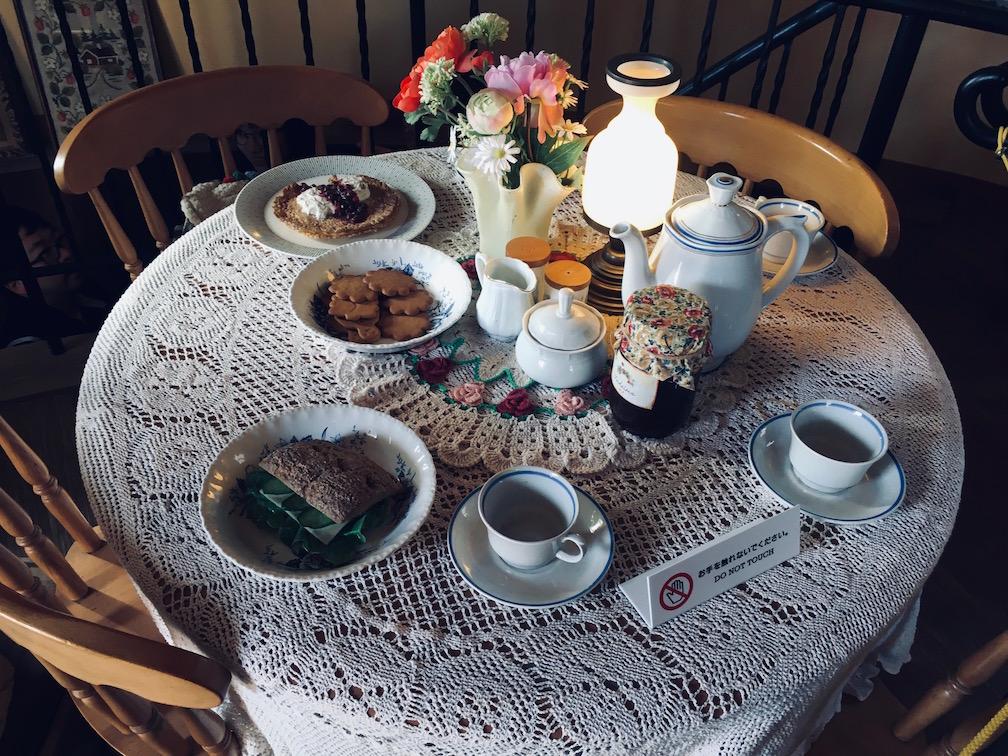 1階のテーブルにはお茶が並べてあります。