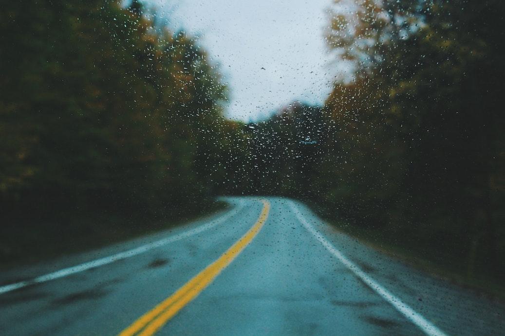 雨のドライブも風情があります