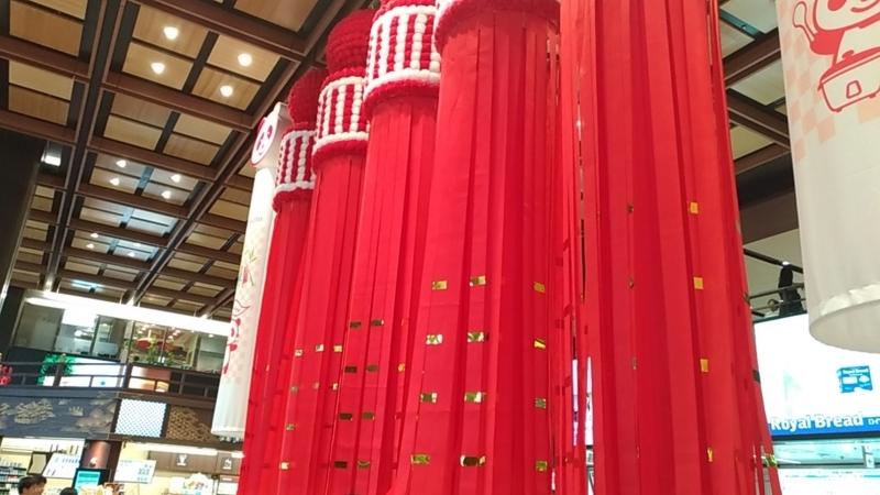大きくて赤い七夕飾り