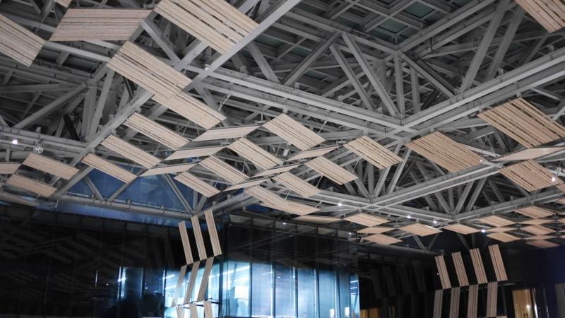 壁や天井に飾られている木材