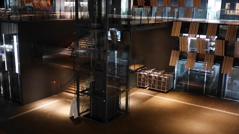 エレベーター付近の照明