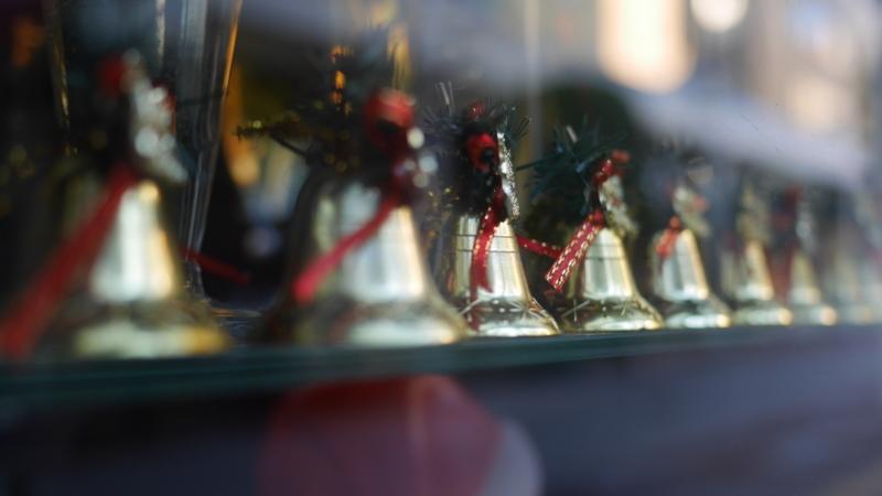 ショーウインドウに並ぶクリスマスベル