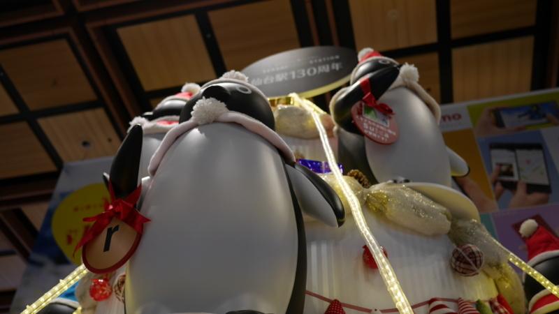 並んでいる大きなペンギンの人形