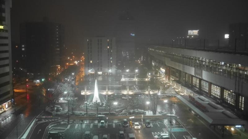 雪が降り始めた駅前