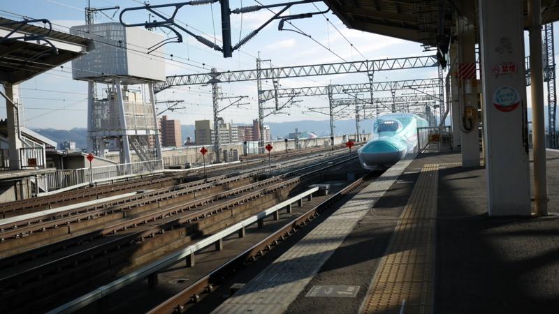 形が分かる距離に近づいた新幹線