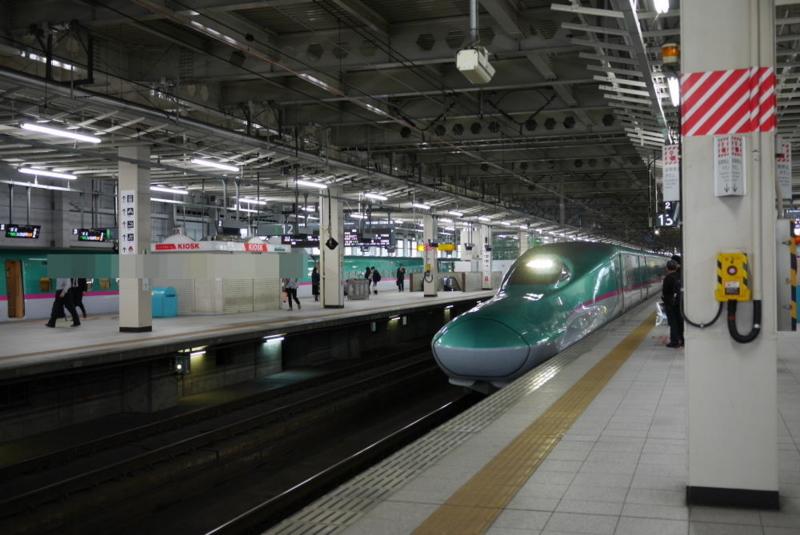 ホーム内でゆっくり走行する新幹線