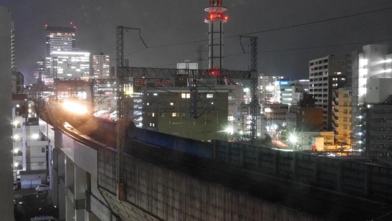 線路を照らす新幹線のライト