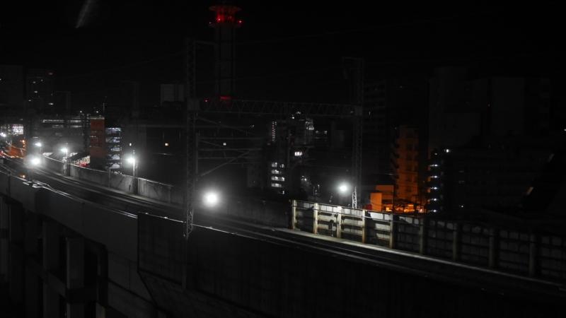 照明が点いた深夜の新幹線用線路