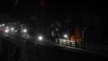 深夜の線路に灯る照明