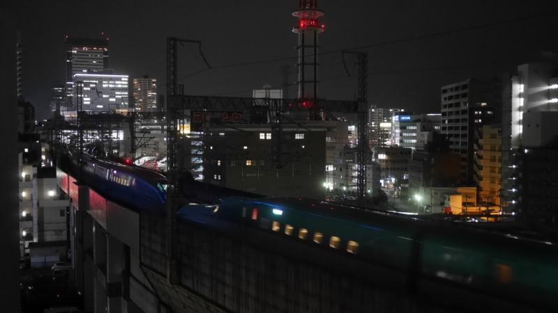 駅へ向かう下り新幹線連結部