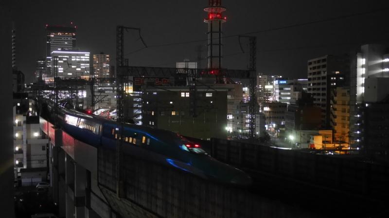 駅へ向かう新幹線の後方車両