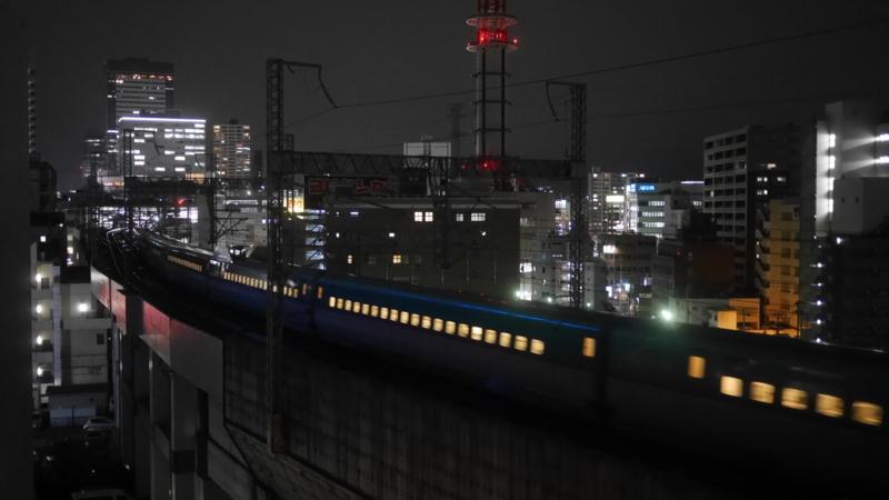 カメラの前を通過する新幹線