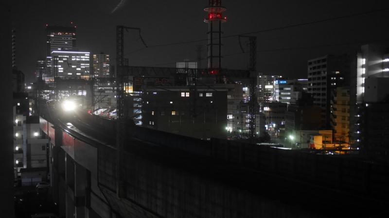 新幹線の明かりが近づく