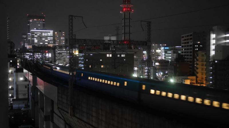駅を出て通過する新幹線2
