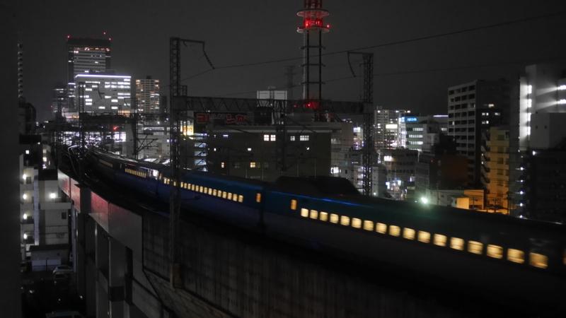 駅を出て通過する新幹線1