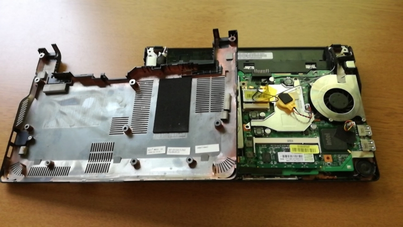 ノートPCの裏蓋を開けた状態
